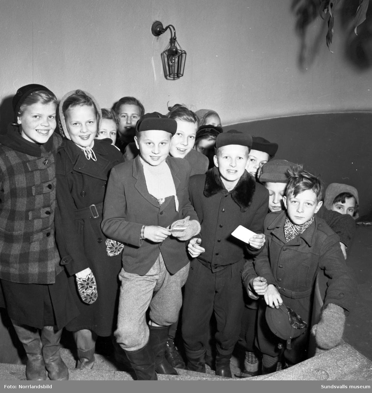 """Gösta """"Snoddas"""" Nordgren på Radiotjänst i Sundsvall. Utanför samlades autografjägarna."""