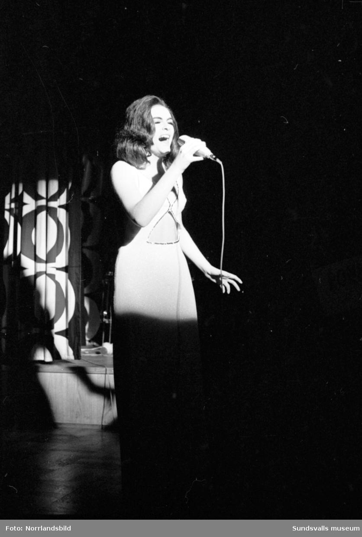Inga-Lill Nilsson sjunger på Marina.