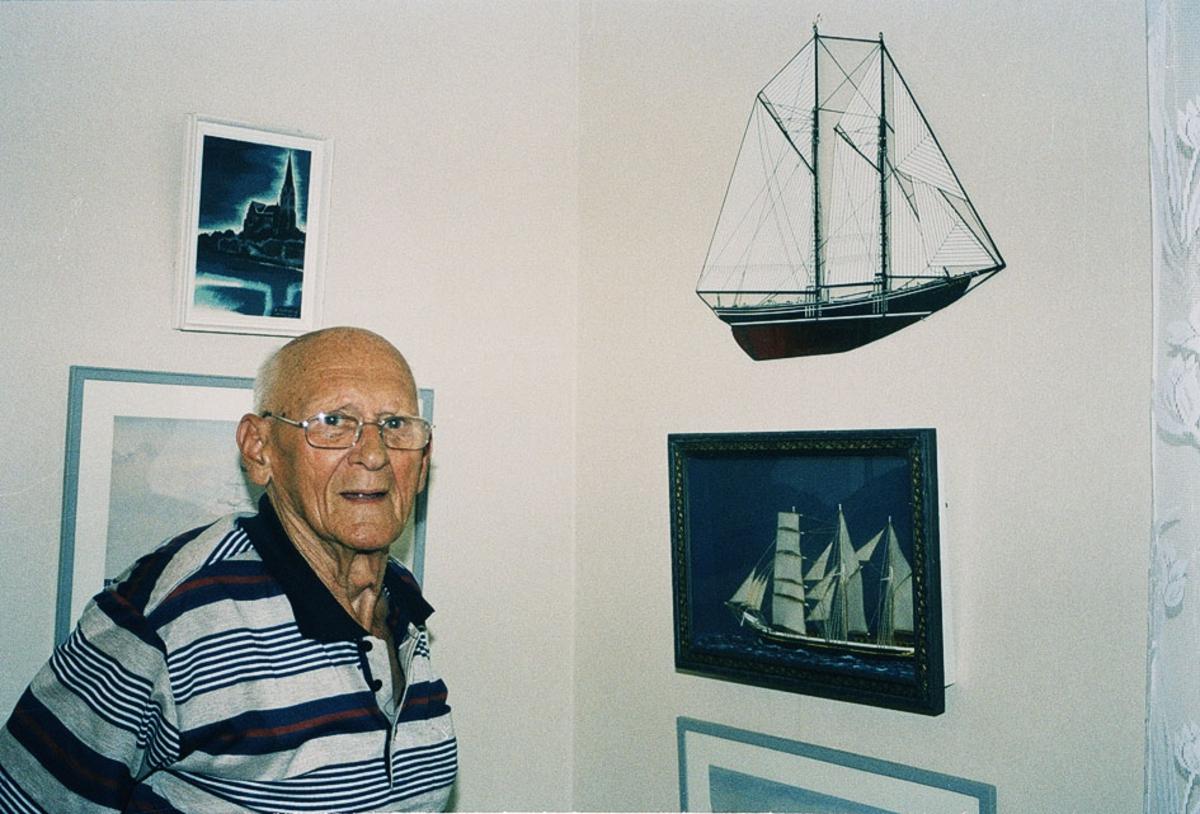 Övrigt: Mansperson vid tavla med segelbåt Närmast identisk med Fo182092:18AF