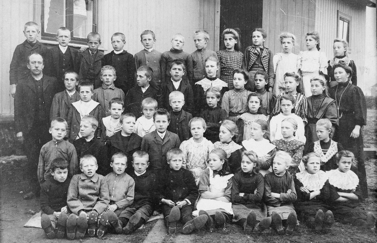 Skolebilde fra Flateby med 47 elever, lærer og lærerinne.