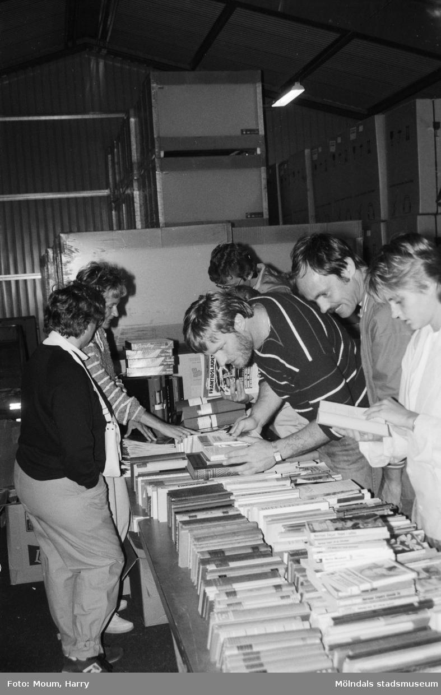 Lions anordnar loppmarknad i Lindome, år 1984.  För mer information om bilden se under tilläggsinformation.