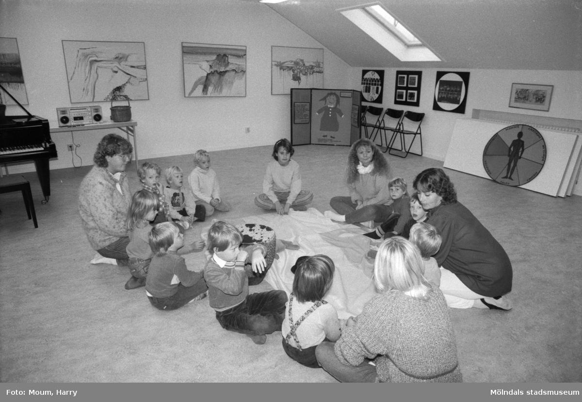 Ateljé Takåsen på Frölundagatan i Mölndal, år 1984. Fotografi taget av Harry Moum, HUM, Mölndals-Posten.