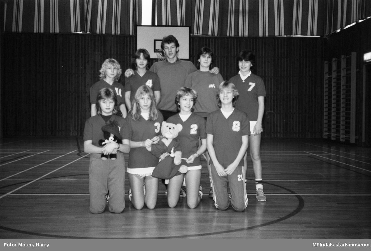 Grupporträtt av Mölndals Volleybollklubbs flickor B, år 1983.  För mer information om bilden se under tilläggsinformation.