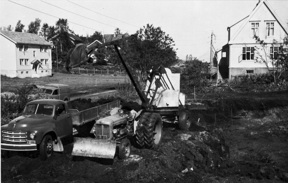 Kjøretøyer og anleggsmaskiner ved St. Olavsgate. Harstadgården i bakgrunnen.