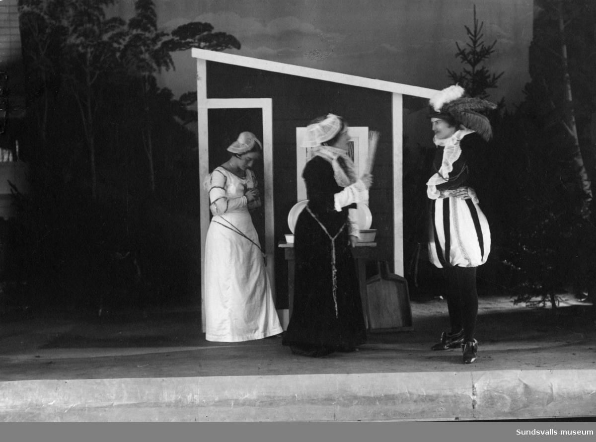 """Teaterscen från Fränsta Godtemplarhus """"En liten komedia"""" av Gustaf Fröding. Fr vänster Tyra Modin, Ragnhild Modin och Maria Ekvall."""