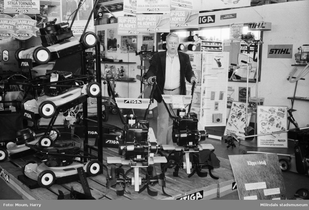 Företaget Agria Trädgårdsmaskiner AB 20-årsjubilerar i Kållered, år 1983.  För mer information om bilden se under tilläggsinformation.