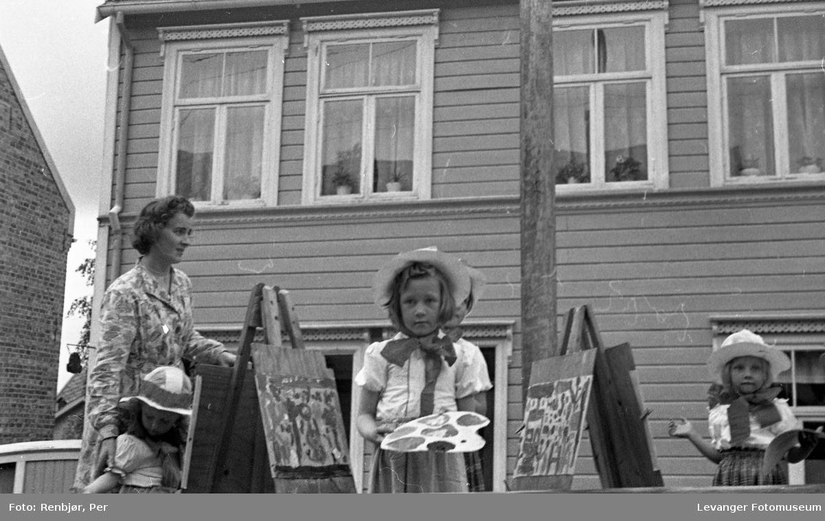 """Barnas dag, Levangerbyg, jenter utkledde som """"kunstnere"""" på en lastebil."""