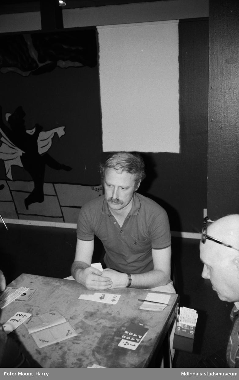 Medlemmar ur Bridgesällskapet Sang spelar på Kållereds fritidsgård, år 1983.  För mer information om bilden se under tilläggsinformation.