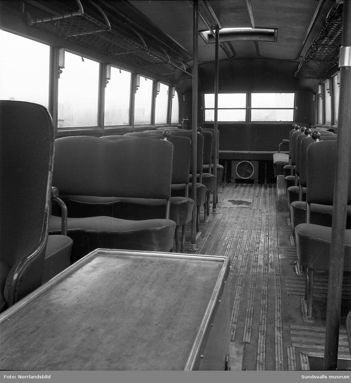 En gammal buss på väg mot Kungsnäs passerar kurvan vid kyrkogården, Västra vägen.