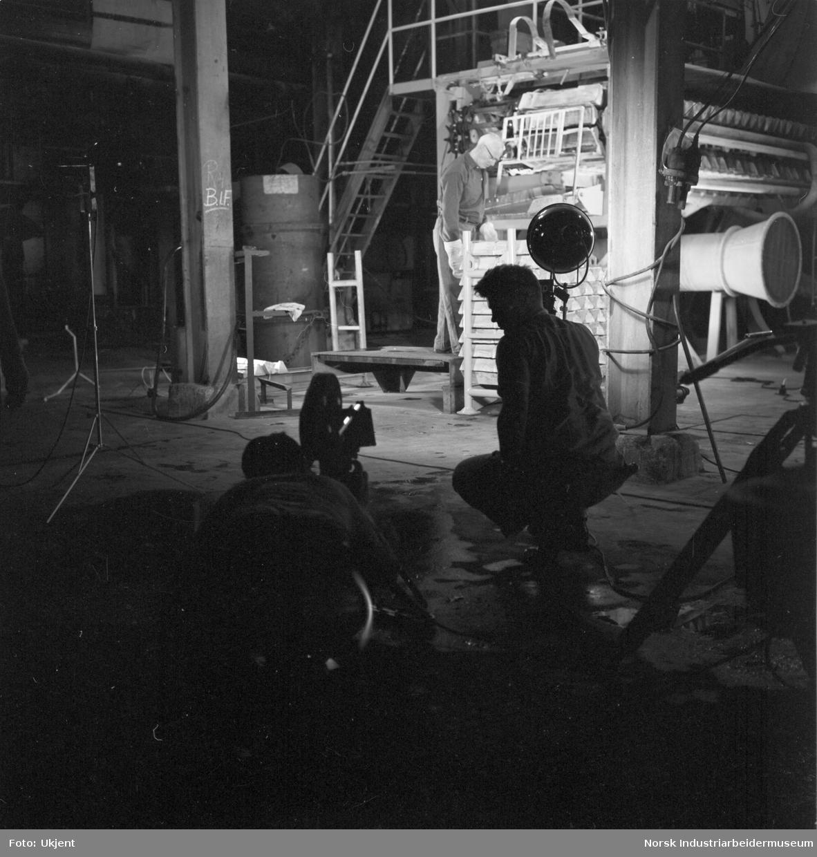 """Foto fra """"Marathon Newsreel"""" filmopptak fra Mg-produksjon. Fra opptakene av støpemaskinen."""
