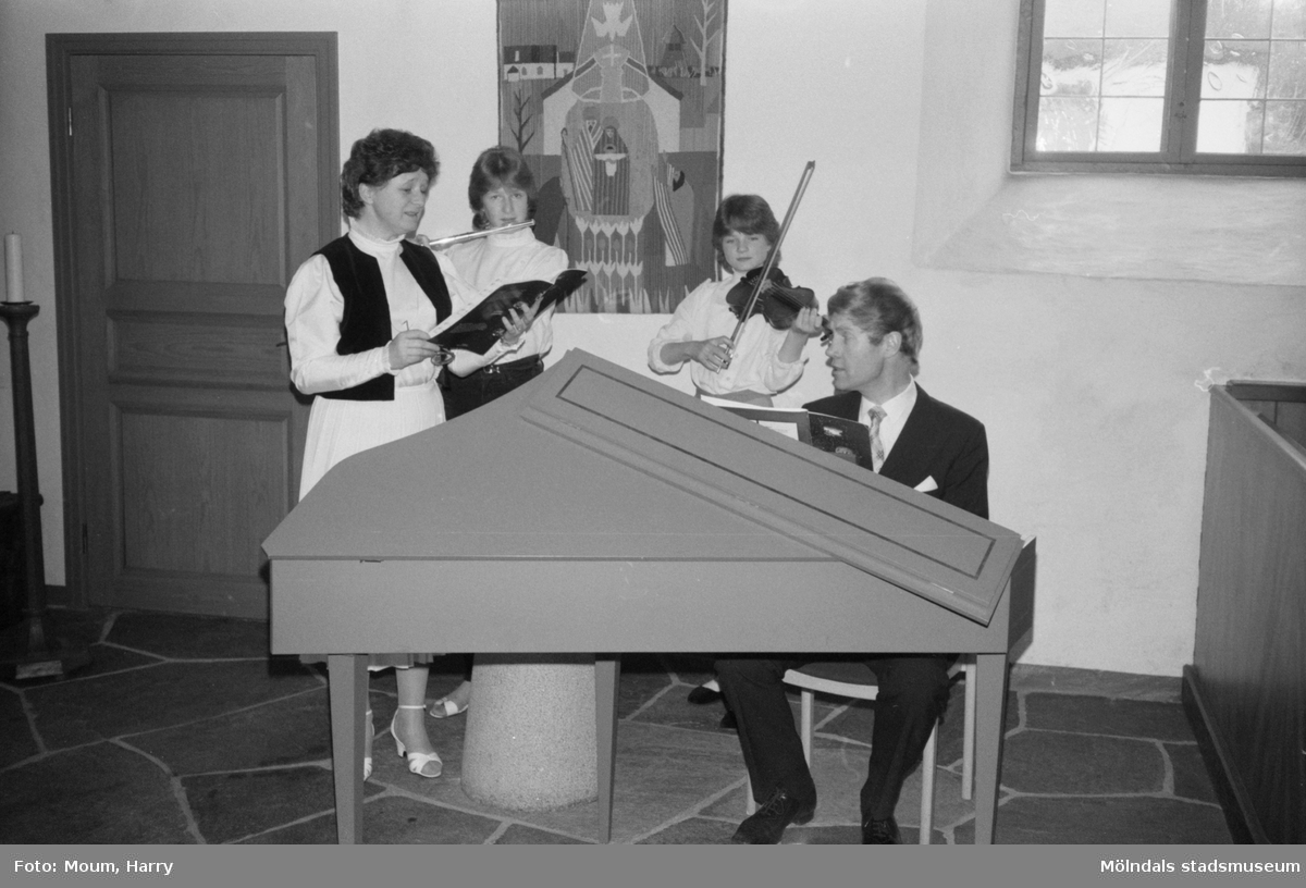 """Helgmålsbön med musik i Kållereds kyrka, år 1983. """"Familjen Eva, Bertil, Karolina och Josefina Karlsson musicerar i Kållereds kyrka.""""  För mer information om bilden se under tilläggsinformation."""