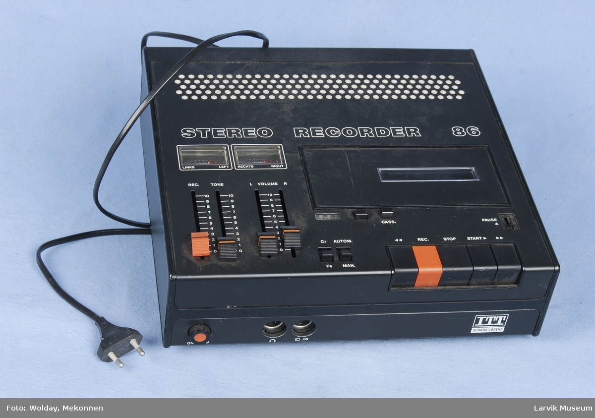 Form: Rektangulær boks med betjeningsknapper og plass for kassett