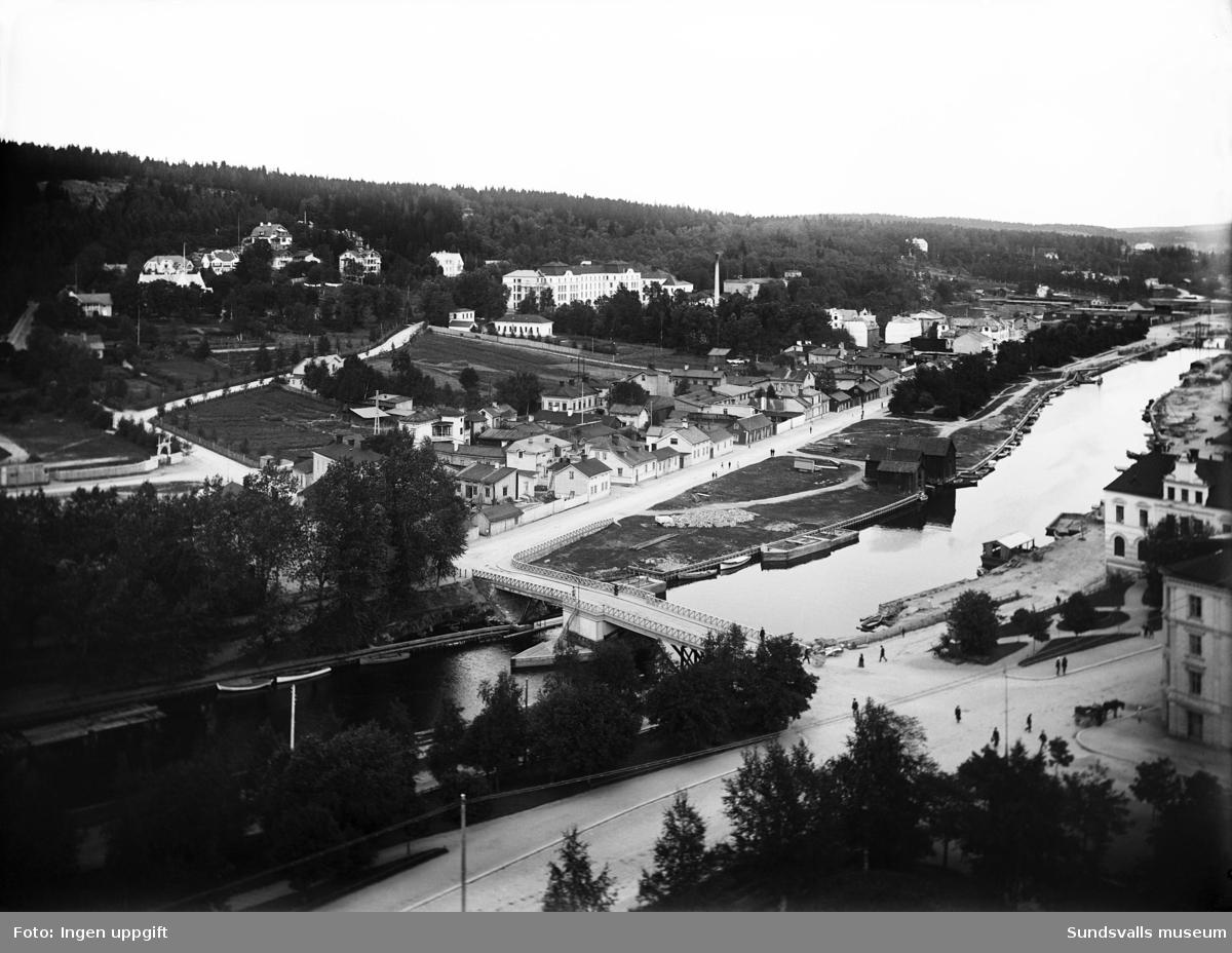 """Vy över Norrmalm och Selångersån. Gångbron """"Puckelbron"""" är raserad efter översvämningen 1919."""