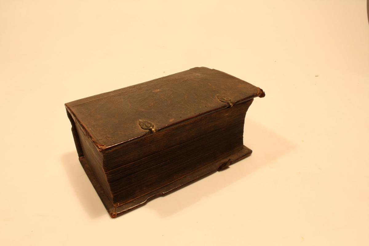 Bibelen: Det gamle og det nye testamentet.