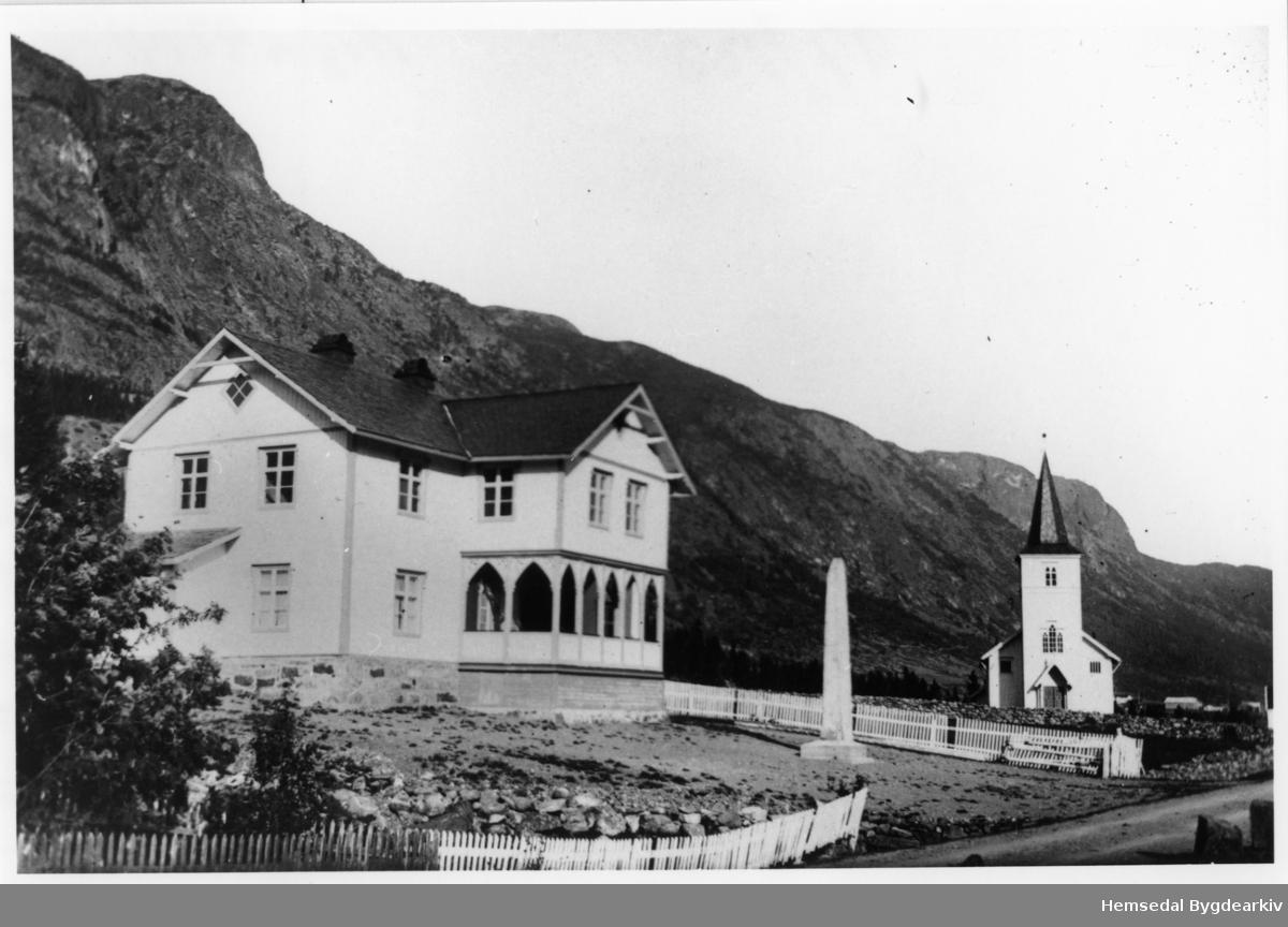 Heradshuset (Tingbygnaden) og Hemsedal kyrkje, truleg i 1914