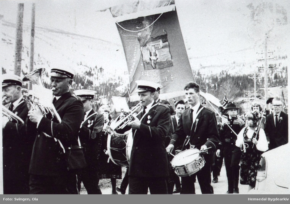 17. maitoget ved Holde i Hemsedal.  Frå venstre: Arvid Bækken, Ola Hustad, Knut Berg, Egil Roteigen (trommer), Helge Nils Mørken (med hatt)