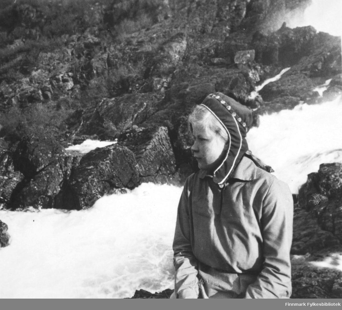Et potrettbilde av 'Eeva' tatt ved Adamsfoss. 'Eeva' er trolig same. I bildet ser hun til venstre. Bildet er et stereobilde