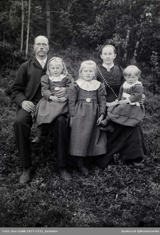 Ole O.Berget (1865-1940) med kona Aslaug Jonsdatter Buen (1866-1939) Barn: Aslaug  Buen (1893...) Ingeborg  Buen ( 1894-1974) Olav  Buen (1897-1985)  Flesberg 1899
