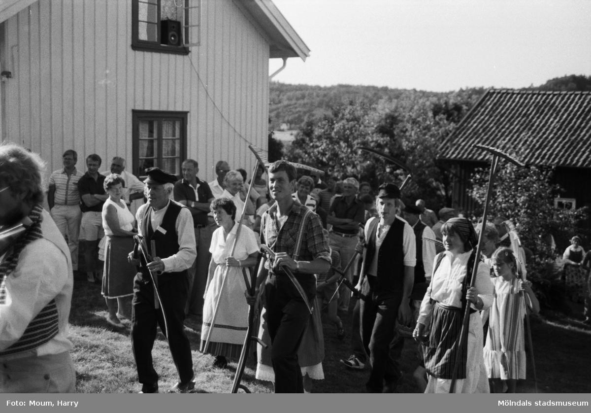 Lindome Hembygdsgille firar 20-årsjubileum på Börjesgården i Hällesåker den 23 juli år 1983.  För mer information om bilden se under tilläggsinformation.