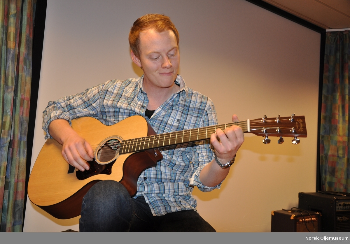 På Valhall QP finnes et utvalg av musikkinstrumenter, så som gitar.  Her kan fritiden benyttes til spilling og øving.