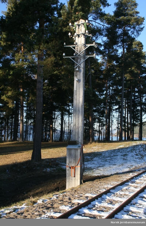 Telefonstolpe, lengde ca 9,7 m. Satt ned som nedføringsstolpe ved Smalåsen stasjon på museet. Går tre meter ned i bakken.