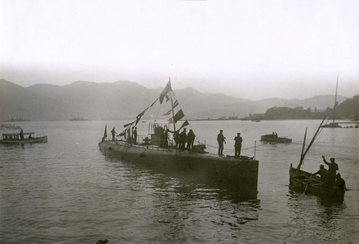 Ubåten HVALEN efter stapelavlöpning (sjösättning av nybyggt fartyg från stapelbädd).