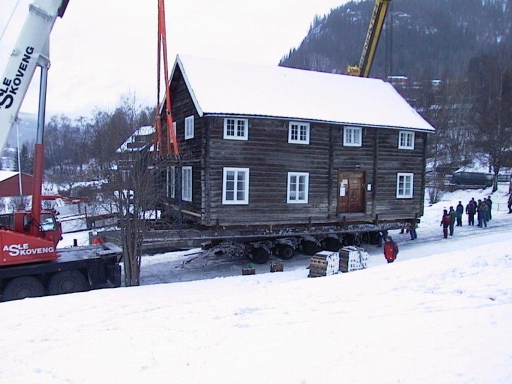 Tømmerbygning i to høgder.