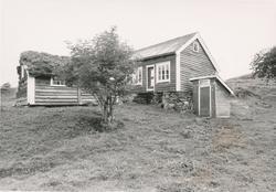 Dokumentasjonsfotografi i serie av et kårhus, stabbur og ute