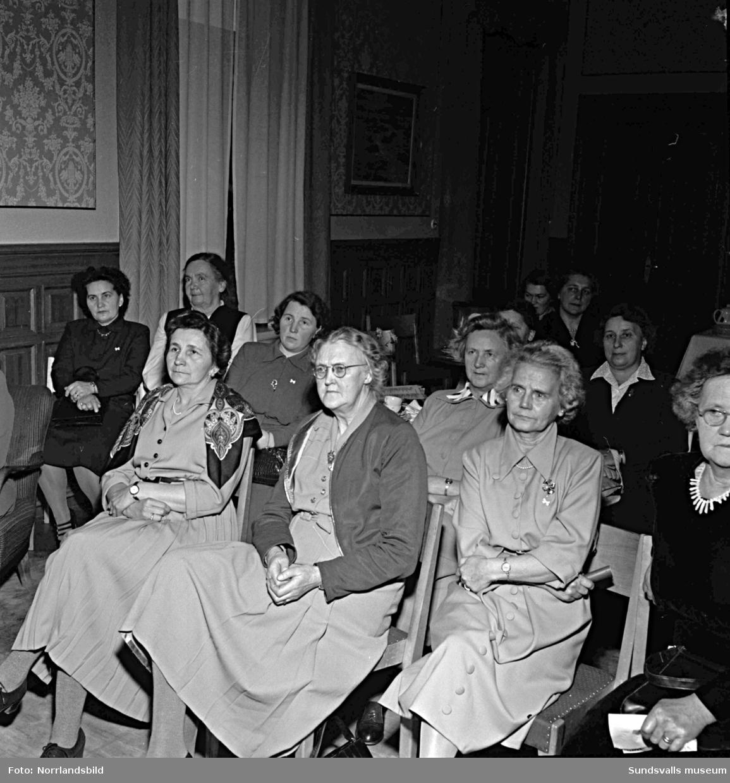 Vita Bandets damer samlade för planering av 50-årsjubileum.