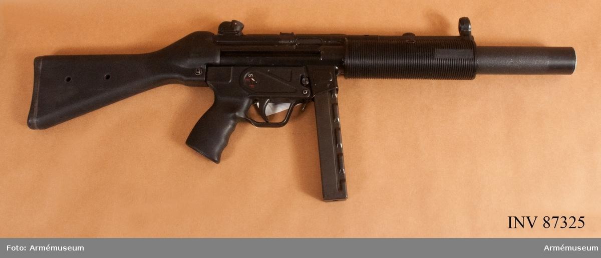 Den tysktillverkade MP5 SD (MaschinenPistole 5 Schalldämpfer) har en inbyggd ljuddämpare.  Ljuddämparen är avsedd för okonventionell krigföring eller överraskningsattacker, något som lämpar sig för specialoperationer och specialförband. Ljudet påminner mer om klickande än om riktiga skott vid skarpskjutning.