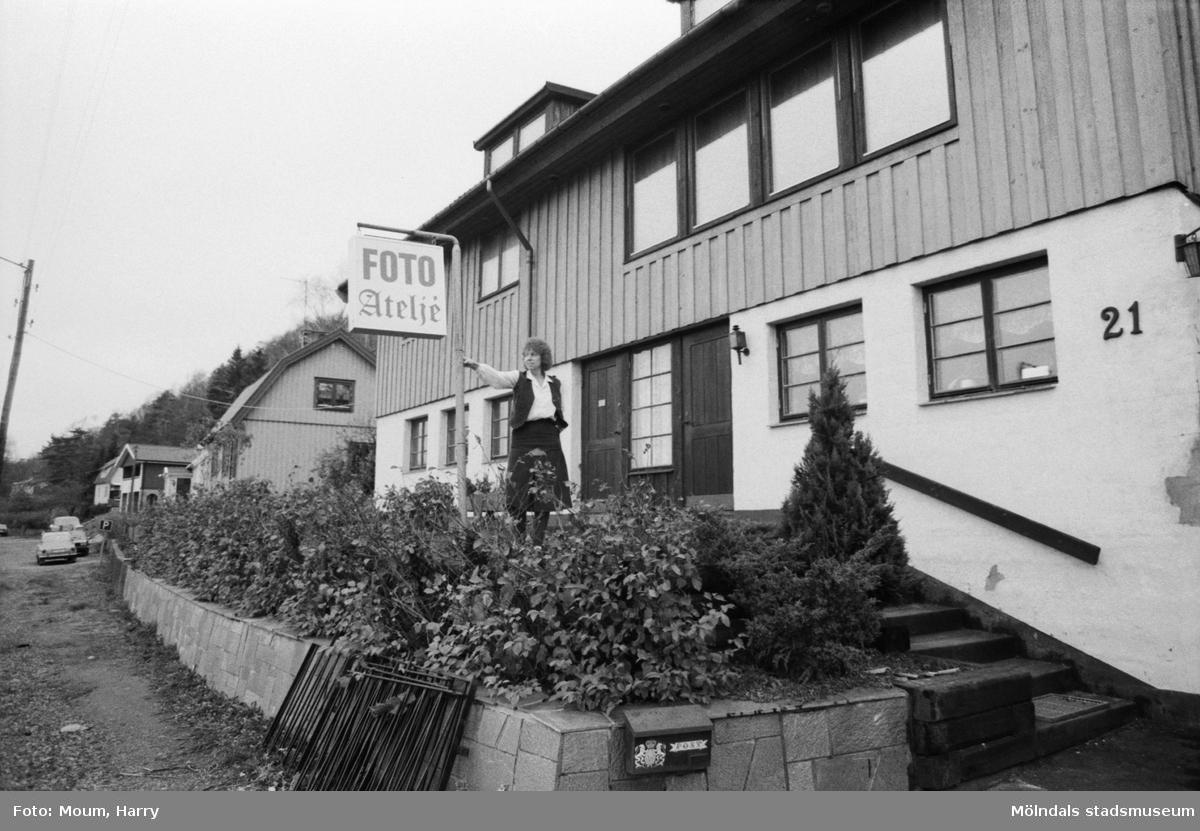 Wally Holmberg har öppnat fotoatelje i sin villa vid Gamla Riksvägen i Kållered, år 1983.  För mer information om bilden se under tilläggsinformation.