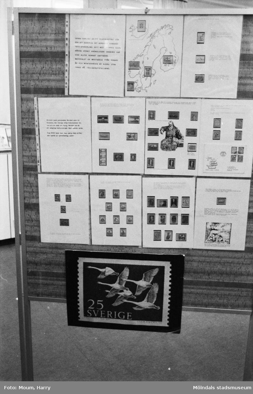 """Frimärksutställning på Lindome bibliotek, år 1983. """"Det är en sevärd utställning som visas i Lindome.""""  För mer information om bilden se under tilläggsinformation."""