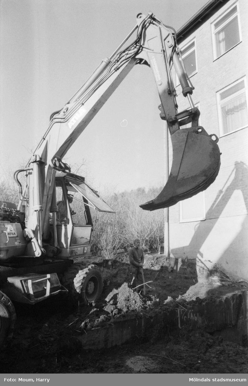 Schaktning för nytt kylrum vid bamba på Brattåsskolan i Kållered, år 1983.  För mer information om bilden se under tilläggsinformation.