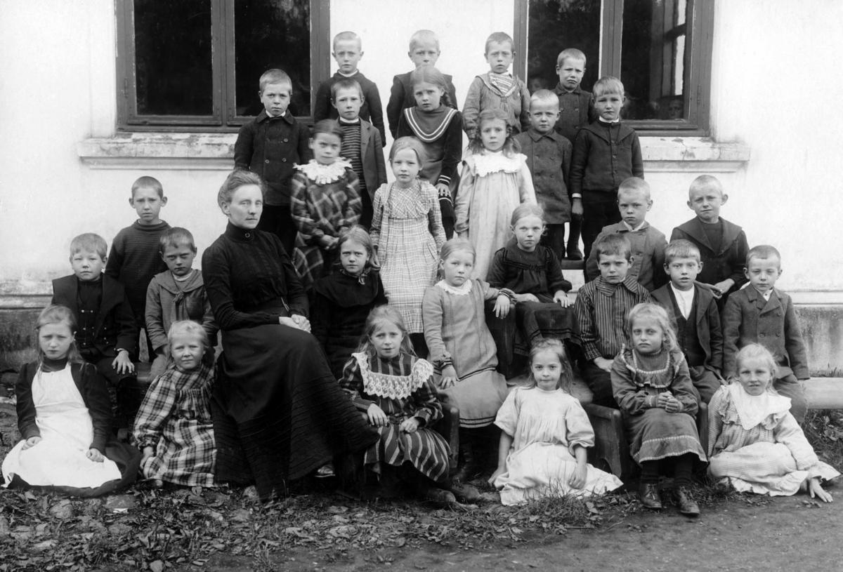 Lærerinne og 29 elever i 9-10-årsalder fra tidlig 1900