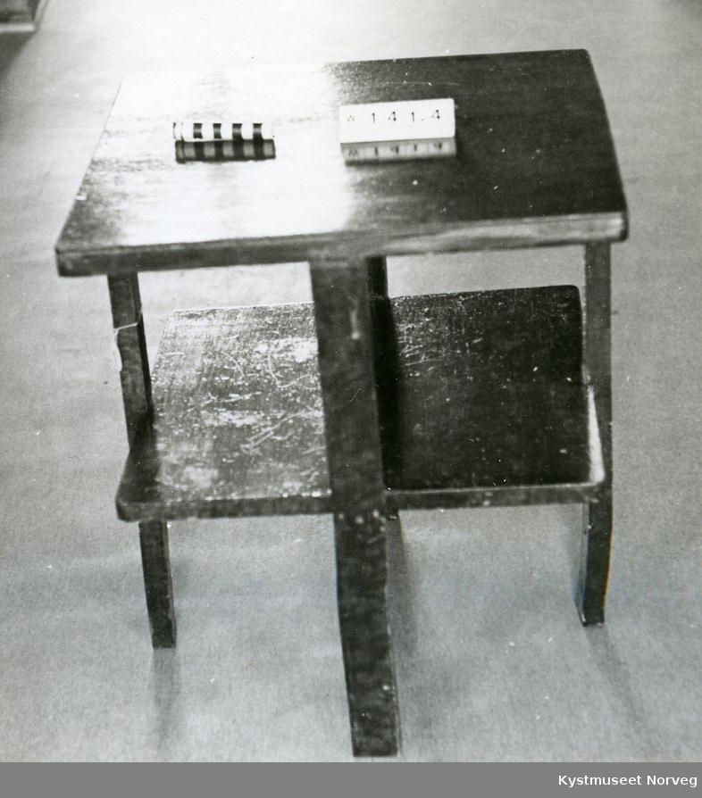 Firkantet bord med midtplate, Platene er laget av finêr som er limt fast til ei treramme. Bordet er beiset, lysere og mørkere brun flammet.