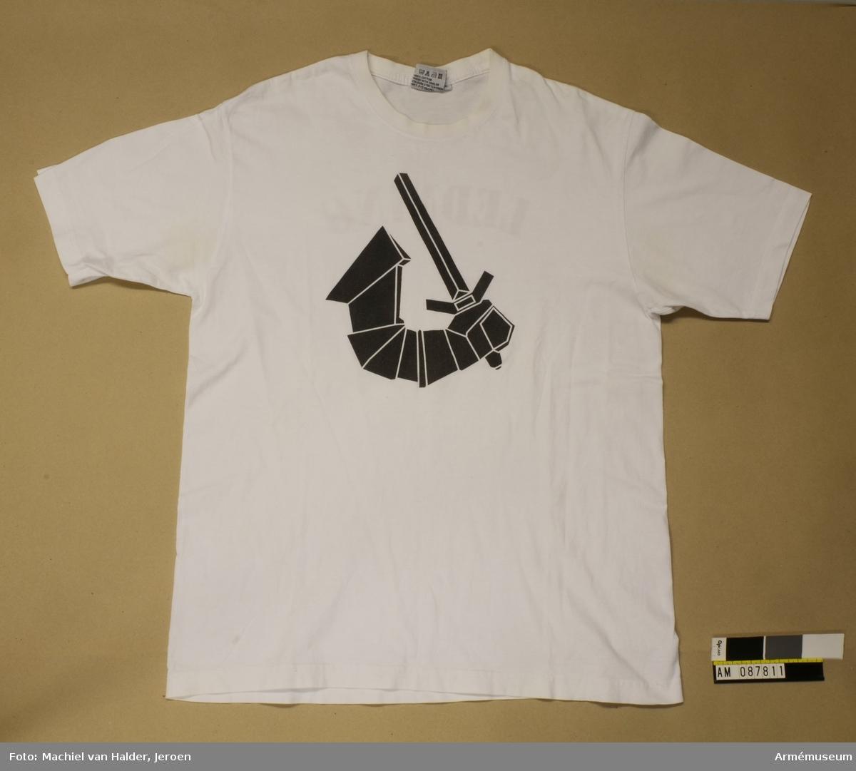 Vit muckartröja i bomullstyg med tryck i svart föreställande en arm som håller i ett svärd. Synliga fläckar kring armhålorna.