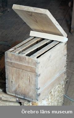 Mindre bikupa av omålat trä, rektangulär med uppfällbart lock. Sk. skattkupa, ev. parningskupa?