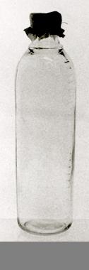 Av genomskinligt glas. Raka sidor, rundad skuldra, konkav hals. Text på kroppen: RADIX SPECIAL.Flaskan är graderad från 10-250 Gr. Neg.nr.1810/83.