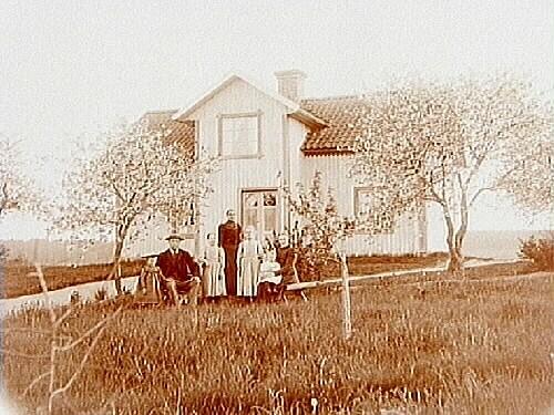 Tvåvånings bostadshus, 7 personer.C.H. Elfsten.