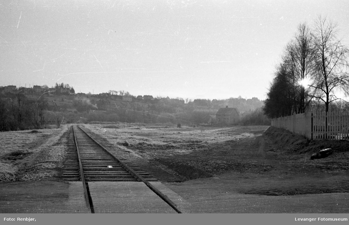Jernbanesporet nord for kirkegården mot havna.