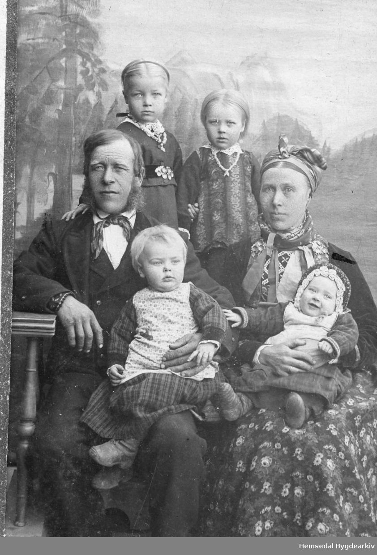 Vilhjelm og Kirsti Brandvoll med borna: Rangdi, fødd 1893, på fanget til mora; Per, fødd 1892, på fanget til faren. Bak står frå venstre: Kirsti, fødd 1888 og Helene, fødd 1890.