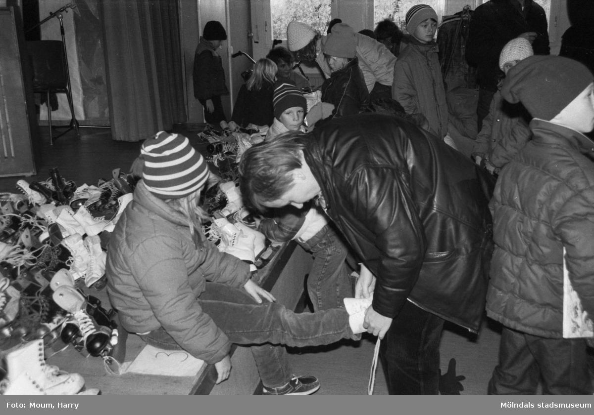 Friluftsfrämjandet anordnar bytesmarknad i Almåsskolan i Lindome, år 1983.  För mer information om bilden se under tilläggsinformation.