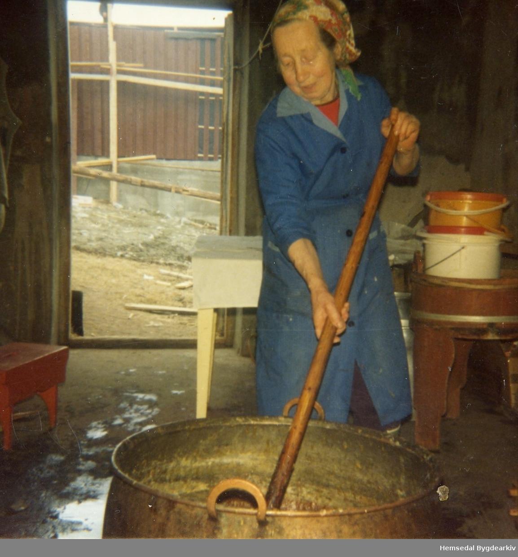 Ingebjørg Lien, fødd Thorset i 1905, kokar prim heime på garden i Lio i Hemsedal