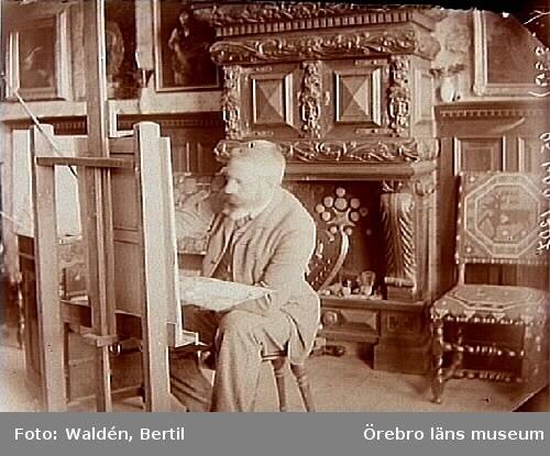 Rumsinteriör, en man målar.