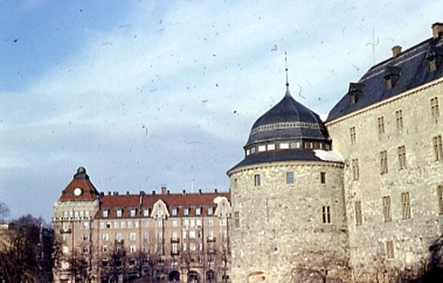 Örebro slott ( vinter )I bakgrunden Centralpalatset.