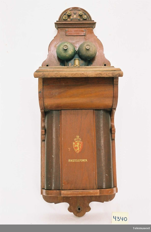 Apparatet er ombygget i 1918, til den nye rikstelefonstandaren.