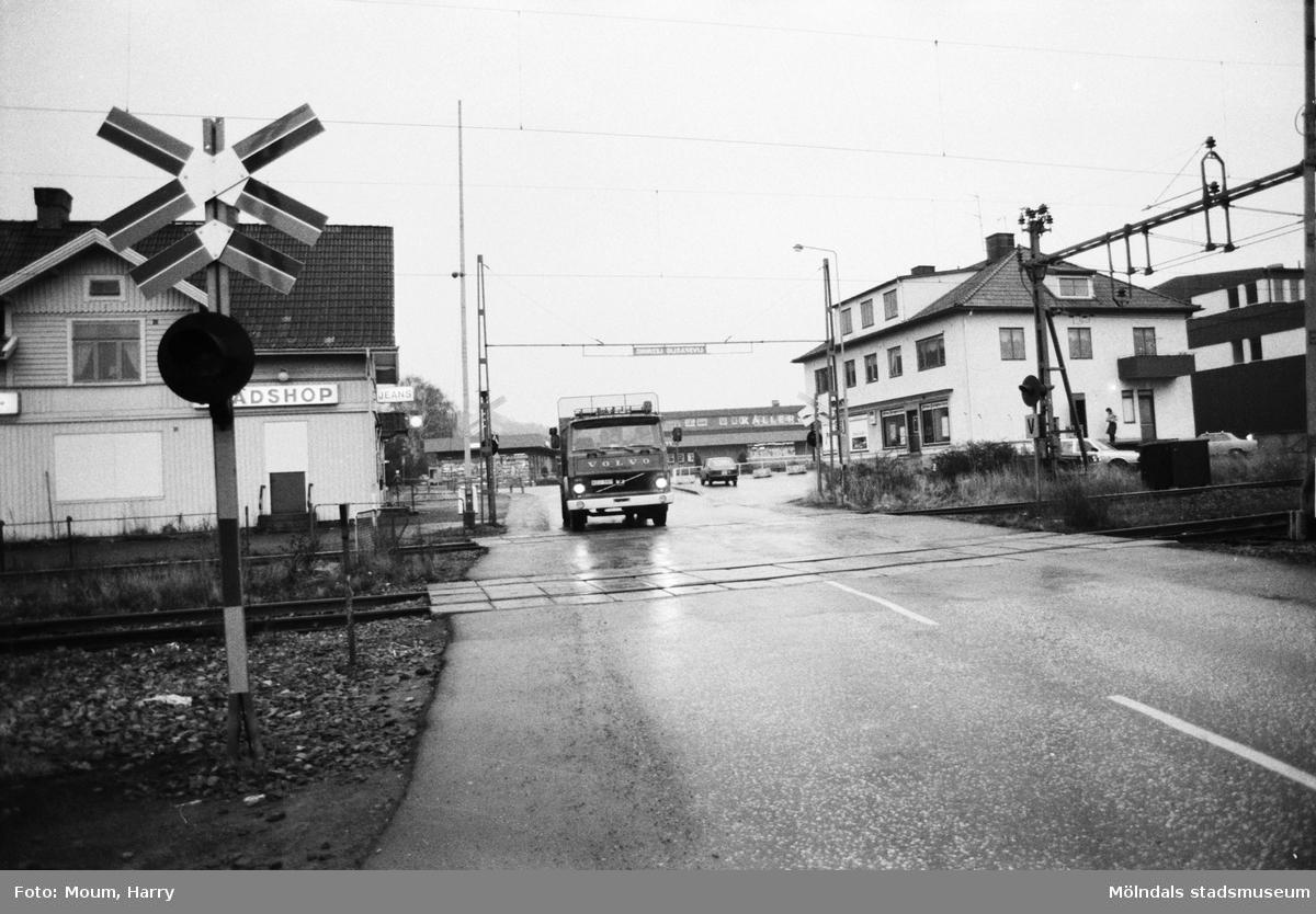 Järnvägsövergången vid Labackavägen i Kållered, år 1983. Vy i riktning mot öster.  Fotografi taget av Harry Moum, HUM, Mölndals-Posten, vecka 47, år 1983.