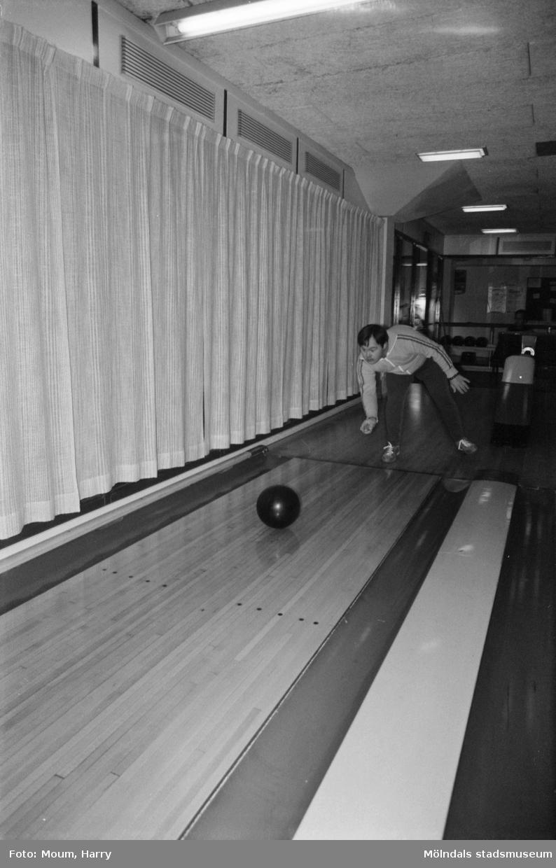 """Handikappade Kenneth Lundin bowlar i Kållereds bowlinghall, år 1983. """"Kenneth Lundin ger ett fint prov hur bowlingsklotet skall spelas ut. Han är en av de tjugofem eleverna från Omsorgsstyrelsen, Stretered Kållered som får denna möjlighet att deltaga i Kållereds Bowlingshalls utbud när det gäller handikappidrotten.""""  För mer information om bilden se under tilläggsinformation."""