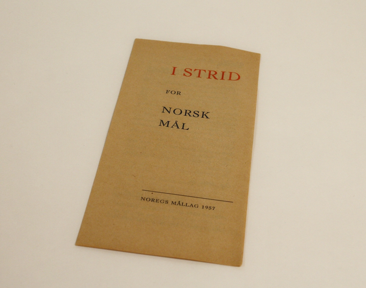 Ein brosjyre for språkorganisasjonen Noregs Mållag frå 1957. Brosjyren er innhaldsrik på tekst, og fortel om føremålet til organisasjonen, kva nynorsk er, og korleis stoda til nynorsk er i samfunnet.
