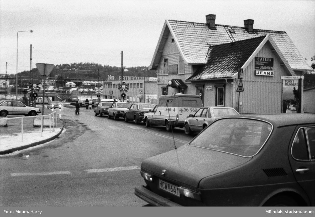 """Labackavägen i riktning mot väster sedd från Gamla Riksvägen i Kållered, år 1983. """"Folkpartiet har i en motion begärt att centrala Kållered ska snyggas upp. Nu får man medhåll av företagarna i Kållered.""""  För mer information om bilden se under tilläggsinformation."""